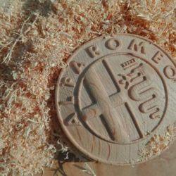Logo Alfa Romeo 3D realizzato al CNC su rovere.